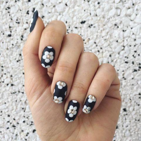 Для текстурированной цветочный ногтей этот дизайн сочетает матовый лак, обычный лак и украшения. Начните с матовой основой. Дайте высохнуть, а затем рисовать лепестки цветов в глянцевый оттенок. Отделка ногтей с Crystal акценты клеится в центр каждого цветка. Дизайн @jessicawashick