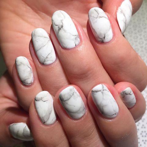 Вместо того, чтобы создавать связь покрасила ногти в яркий неон, выбрать реалистичный Каррера мраморный дизайн. Вы можете выполнить те же действия, как традиционные мраморные ноготь, или вы можете в свободной форме дизайна вручную. В любом случае, использовать кисти, смоченной в жидкости для снятия лака, чтобы аккуратно растушевать края. Отделка с матовым пальто и вуаля, ты соответствуя вашей кухне столешницу. Дизайн rosebnails