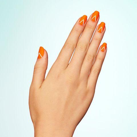 Начнем с неоновой оранжевой базы, то добавить перевернутой буквы V для каждого ногтя. После высыхания, установить с матовым пальто. Дизайн @paintboxnails