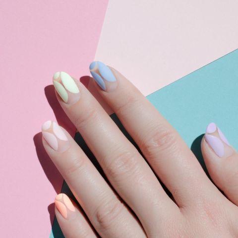 На противоположной стороне цветового спектра-это матовые и пастельные, видел здесь в негативном дизайн ногтей.Дизайн @palemoonseattle