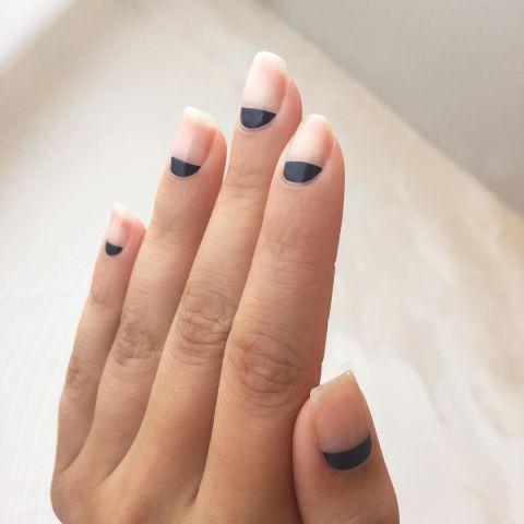 Попробуйте этот легкий негативный дизайн живопись матовый черный полумесяц каждого ногтя.Дизайн @nataliepavloskinails
