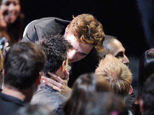"""Quando Kristen Stewart e Robert Pattinson ganharam o prêmio """"Best Kiss"""" pela Saga Crepúsculo: Eclipse, todos esperavam que eles tratassem os fãs com um smooch no palco.  Mas, em vez disso, Rob correu para a multidão e plantou um molhado em Taylor Lautner.  Tornou-se o momento todo mundo estava falando sobre o dia seguinte."""